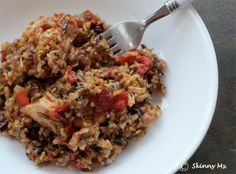 I love this Skinny Slow Cooker Chicken & Rice recipe! It's super tasty and uses tomatoes and red pepper flakes. #slowcooker #chicken #recipes