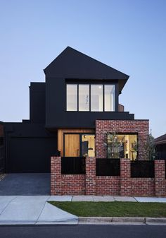 Image 16 of 23 from gallery of Brodecky House / Atlas Architects. Photograph by Tess Kelly Photography Modern Brick House, Modern House Facades, Modern Architecture, Chinese Architecture, Facade Design, Exterior Design, House Design, Brick Facade, Facade House