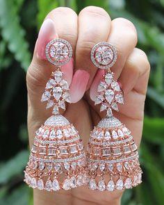 Indian Jewelry Earrings, Indian Jewelry Sets, Jewelry Design Earrings, Gold Earrings Designs, Indian Wedding Jewelry, Ear Jewelry, Cute Jewelry, Jhumka Designs, Fancy Earrings
