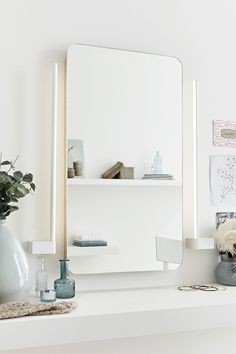 Cette applique LED miroir droite est à la fois frappante et élégante. Son design remarquable conquiert immédiatement le coeur des amateurs de design scandinave. Sobre, blanche et magnifiquement pure, elle trouvera une place de choix le long d'un miroir.
