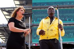 Kelly Clarkson sings National Anthem at Indy 500
