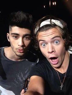 Zayn malik , harry styles One direction :) Four One Direction, One Direction Pictures, One Direction Selfie, Niall Horan, Zayn Mailk, Boys Who, My Boys, Imprimibles One Direction, Canciones One Direction