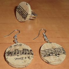 Accesorios hechos con tapón de corcho Bottle Jewelry, Resin Jewelry, Jewelry Crafts, Jewellery, Wine Cork Art, Wine Cork Crafts, Wine Corks, Music Crafts, Hobbies And Crafts