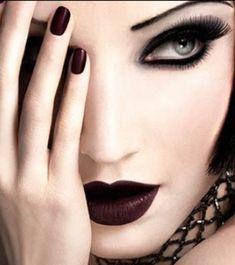 Maquillaje dark para mujeres