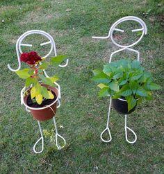 Lindo suporte para vasos em forma de casal decorativo para jardim e gramado.  altura 60 cm  valor referente ao casal  não acompanha vasos e plantas  OBS.: no pé possui uma estaca para ser fincada na grama