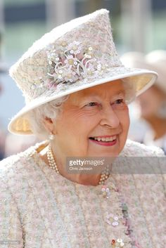 Queen Elizabeth II Photos Photos - Queen Elizabeth II opens a new development at The Charterhouse at Charterhouse Square on February 2017 in London, England. - The Queen And Duke Of Edinburgh Open A New Development At The Charterhouse Elizabeth Philip, Queen Elizabeth Ii, God Save The Queen, Trooping Of The Colour, English Royal Family, Royal Queen, Isabel Ii, Her Majesty The Queen, Elizabeth Ii