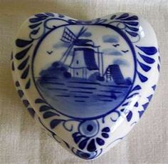 Wouldn't mind having this precious delft blue heart box sitting on my dresser....just sayin'