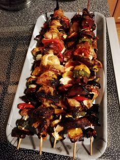 Kuřecí a uzené maso nakrájíme na kostky, klobásu na kolečka, papriky s cibulí na čtverečky, cuketu na půlkolečka.Na špejle napichujeme: papriku,... Red Peppers