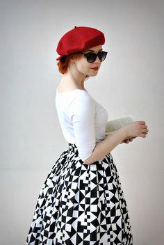 Geometrie Nadýchaná sukně ve stylu 50. let ušitá z kvalitní americké bavlny. 1 kus, obvod pasu 74 cm, délka 55 cm. Tylová spodnička není součástí. Možno objednat zvlášť.