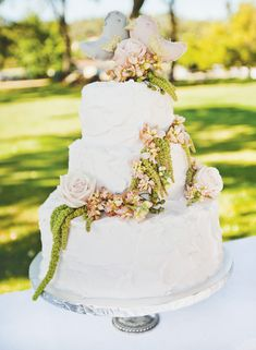 {Budget Friendly} Vintage Outdoor Wedding floral drape on cake