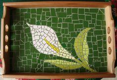 bandeja cala Mosaic Tray, Paper Mosaic, Mosaic Tile Art, Mosaic Pots, Mosaic Crafts, Mosaic Projects, Mosaic Glass, Mosaics, Mosaic Stepping Stones