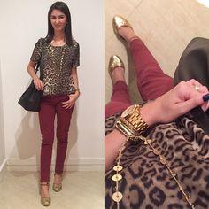 Look com blusa animal print ( onça ) calça vinho marsala, espadrile dourada e bolsa saco.