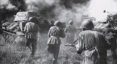 Советская пехота под прикрытием Т-34 наступает во время битвы за Орел, Россия, в начале августа 1943 года.