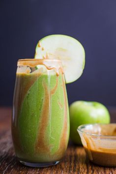 Caramel Apple Green Smoothie- this autumnal inspired green smoothie is healthy, easy to make, and SO delicious for breakfast or a snack!