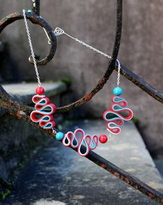 Red and turquoise wavy fimo necklace created by La Perle Rouge Source by laperlerouge Polymer Clay Kunst, Polymer Clay Necklace, Polymer Clay Pendant, Fimo Clay, Polymer Clay Projects, Polymer Clay Creations, Polymer Clay Beads, Felt Necklace, Stud Earrings