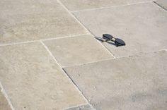 Dallage calcaire, pierre naturelle, réplique de dalles anciennes, sédiment calcaire, vieilli patiné, pour pose en Opus en grand module.