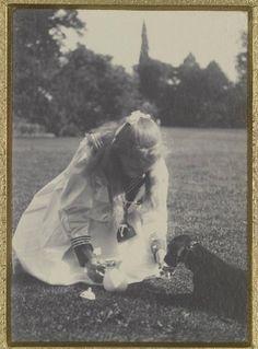 Viktoria Luise of Prussia w dachshund