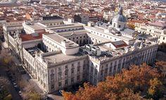 El Tribunal Supremo ha acatado la sentencia del Tribunal Europeo en el caso del BBVA y le obliga a devolver el dinero cobrado de más por las cláusulas suelo desde la firma de la hipoteca. La entidad presidida por Francisco González tendrá que abonar unos 1.200 millones de euros.