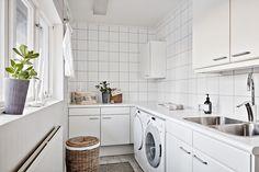 Tvättstugan ligger centralt placerad i den stora villan. Kullaviks Kaprifolväg 6 - Bjurfors