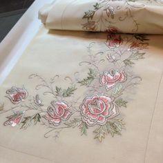 Fotoğraf açıklaması yok. Cutwork Embroidery, Embroidery Stitches, Embroidery Patterns, Embroidery Suits Design, Machine Embroidery Designs, Brother Innovis, Beading Tutorials, Textile Patterns, Fabric Painting