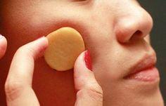 É possível que você nunca tenha pensado na batata crua como um potencializador para a sua beleza e cuidado com a pele. Descubra como usá-la neste artigo!