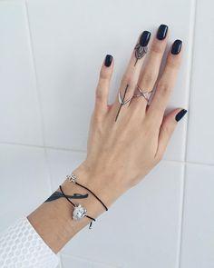 Sasha Masiuk elegant finger tattoo #sashatattooing #linework #tattoo #linework