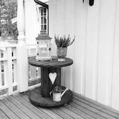 Hooome!! #love #home #sweet #lyng #kabeltrommel #kabel #lykt #light #lightning #outside #welcome #heart #kanne #interior #interiør #design #flower #inngangsparti