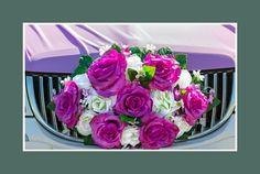 Hochzeitslimousine dekoriert mit Blumen