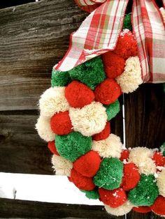 赤、緑、白のクリスマスカラーの毛糸で作ったリース。もこもこふわふわあったかそう。
