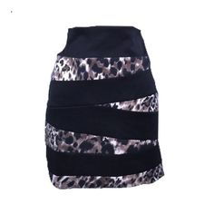 Dots miniskirt. Size 15/16. Body 100% polyester. Contrast 95% polyester 5% spandex. Machine wash a bow. No staining. No orders. No visible defects. There is signs of wear. But minimal. Dots Skirts Mini