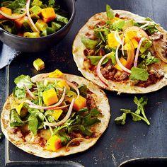 Tortillas grillées aux haricots noirs et salade avocat-mangue   .coupdepouce.com