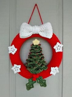 This adorable christmas wreath would make a beautiful addition to your front doo Crochet Christmas Wreath, Crochet Wreath, Crochet Christmas Decorations, Crochet Decoration, Christmas Crochet Patterns, Holiday Crochet, Christmas Knitting, Holiday Wreaths, Xmas Decorations