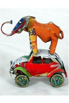 Skulptur aus Elefant und ein VW-Käfer, gefertigt aus Kronkorken und Blechdosen