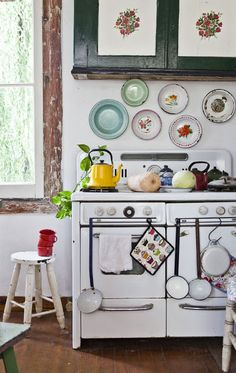 Vintage Stove shabby chic kitchen I love you Cozy Kitchen, Country Kitchen, Kitchen Decor, Kitchen Design, Quirky Kitchen, Happy Kitchen, Cottage Kitchens, Home Kitchens, Old Stove
