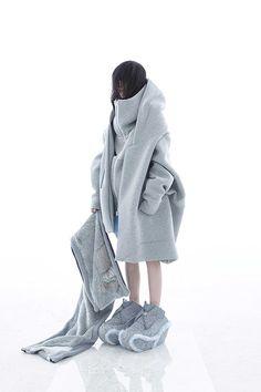 バルムング(BALMUNG) 2015-16年秋冬コレクション Gallery76 White Fashion, Look Fashion, Runway Fashion, Fashion Outfits, Womens Fashion, Fashion Design, Cyberpunk Mode, Cyberpunk Fashion, Concept Clothing