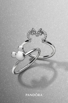 Jewelry OFF! Mickey and Minnie Mouse are sweethearts that fit together perfectly and so do these cute puzzle rings from our new collection. Profiling the two Disney icons in beautiful sterling silver they make a show-stopping addition to your ring stack. Art Deco Jewelry, Cute Jewelry, Bridal Jewelry, Jewelry Design, Pandora Rings, Pandora Bracelets, Pandora Jewelry, Disney Pandora Bracelet, Pandora Pandora