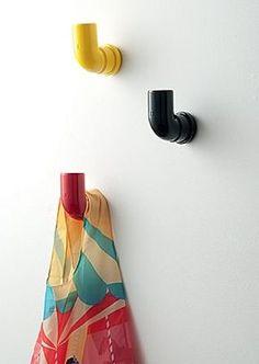 Cabides feitos com cotovelos de PVC o/