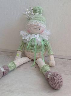 Een schattige gehaakte meisje. Is ze niet schattig? Deze kleine prinses wacht op een nieuwe thuis! Gemaakt van 100% katoen materiaal. Gevuld met polyester. Ze wil het perfecte cadeau voor elke gelegenheid, vooral als een cadeau voor een baby shower. Meassures appr. 45 cm. / 17,7 inch.