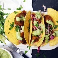Here's how you can make cauliflower tacos with an incredible BBQ flavor! Cauliflower Tacos, Cauliflower Crust Pizza, Macrobiotic Recipes, Macrobiotic Diet, Meal Planner App, Dough Ingredients, Mexican Dishes, Raw Vegan, Meal Planning