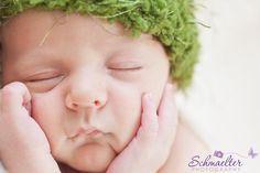 Junge mit grüner Mütze