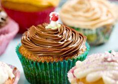 Cupcakes (også kendt som muffins) har rødder i det amerikanske og engelske og betyder simpelthen en lille kage, der er bagt i en koplignende form.