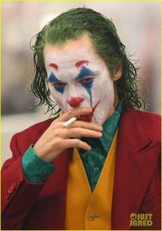 Joaquin Phoenix's Joker Casually Walks Through NYC Subway in Full Clown Makeup as Police Run By Joker Comic, Joker Batman, Batman Joker Wallpaper, Joker Iphone Wallpaper, Joker Wallpapers, Joker Art, Superman Art, Batman Comic Art, Joaquin Phoenix