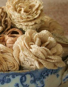 Shabby chic crochet Roses. Now I know what I'm doing with my leftovers silk yarn!
