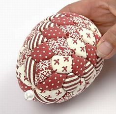 Hanging decorations - DIY home decor - Creative ideas Quilted Christmas Ornaments, Fabric Ornaments, Christmas Fabric, Diy Christmas Ornaments, Christmas Decorations To Make, Easter Egg Crafts, Christmas Crafts, Fabric Crafts, Sewing Crafts