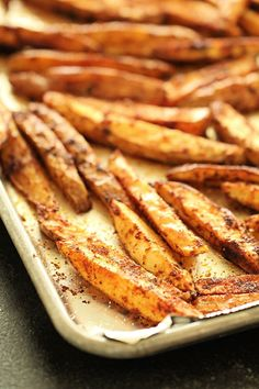 You will never know that these Baked Seasoned Steak Fries come from your oven instead of being deep-fried. So flavorful! Potato Recipes, Vegetable Recipes, Hamburgers, French Fries At Home, Homemade Fries, Harvest Bread, How To Make Potatoes, Fries Recipe, Vegetable Sides