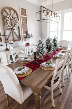 41 Ideas For Farmhouse Christmas Tablescapes Table Decorations Christmas Table Centerpieces, Christmas Table Settings, Christmas Tablescapes, Simple Centerpieces, Centerpiece Ideas, Farmhouse Christmas Decor, Rustic Christmas, Christmas Home, Christmas Trees