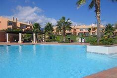 Adosada en Benahavis ubicada en urbanización de maravillosos jardines tropicales, la vivienda de tres dormitorios es ideal como casa  familiar o casa de vacaciones. La piscina está a un tiro de piedra del jardín privado -