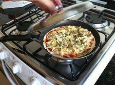 A Pizza de Frigideira com Massa Caseira é deliciosa, prática e combina perfeitamente com o seu jantar. Experimente! Veja Também: Pizza Rápida de Liquidificador Veja Também: Mini Pizza de Polenta Veja Também: Mini Pizza INGREDIENTES Para a Massa 2 e 1/2 xícaras de farinha de trigo 1 colher de sopa de manteiga 1 colher
