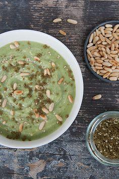 Questa non è una zuppa di broccoli qualsiasi: è una zuppa di broccoli con tahina, zaatar e pinoli d'ispirazione mediorientale, deliziosa e profumatissima.