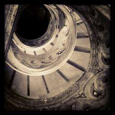 http://www.mochilerostv.com /// Escalera de caracol. Catedral de Pamplona.
